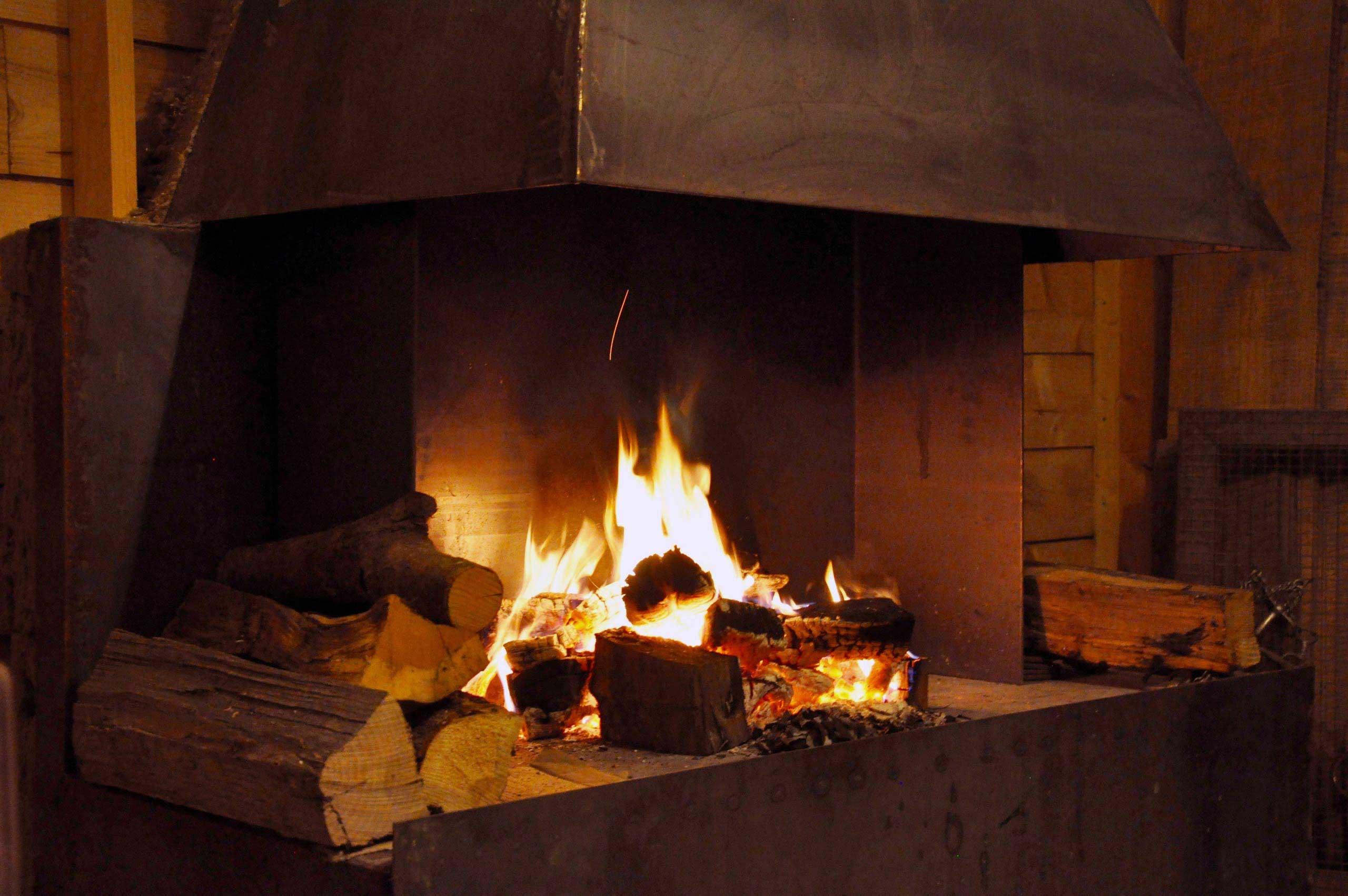 houten vuur pizza in de pool house van onze vakantie villa in de Pyreneeën